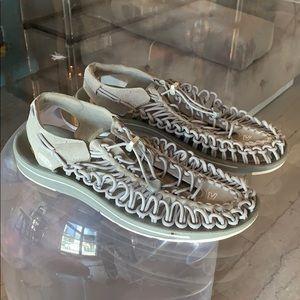 UNEEK Walking/Hiking Sandals in Gray Suede sz 13